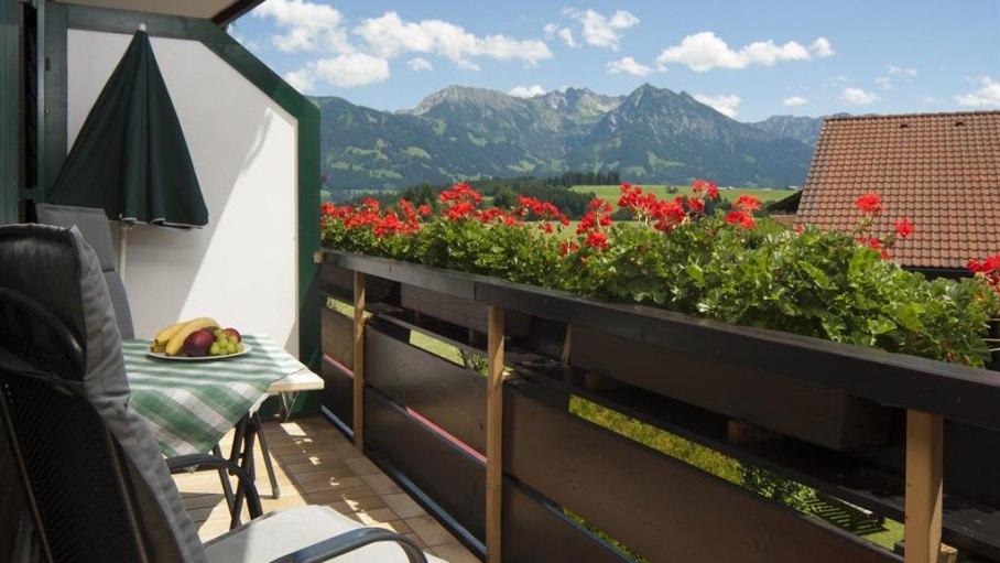 Ferienwohnung 4 -Blick vom Südbalkon zum Nebelhorn, © Landhaus Exclusiv - Bolsterlang