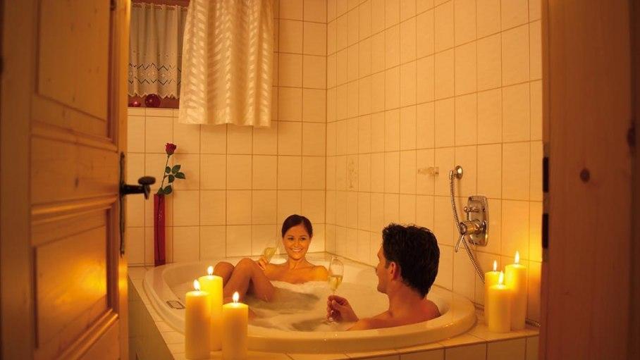 Ferienwohnung 1 - Whirlpoolwanne bei Kerzenschein, © Landhaus Exclusiv - Bolsterlang