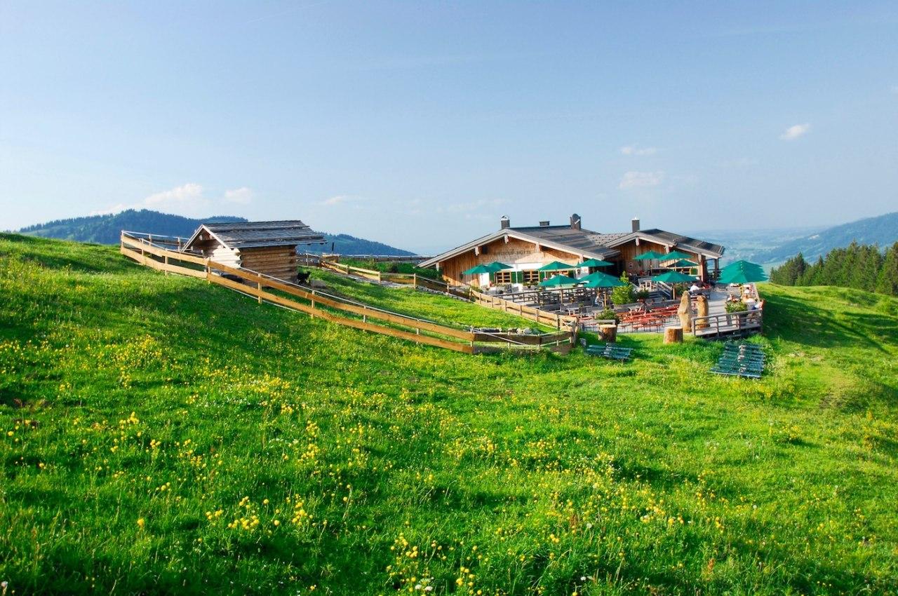 Weltcup-Hütte n Ofterschwang im Allgäu Bayern. Wanderurlaub im Allgäu in Bayern. Almwiesen in Ofterschwang., © Tourismus Hörnerdörfer, S. Bruckmeier