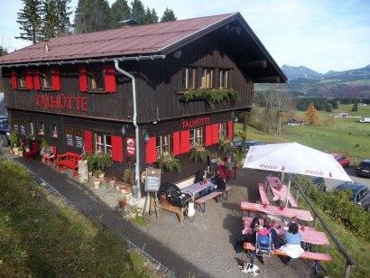 Die Talhütte liegt direkt an der Talstation, © Talhütte Bolsterlang
