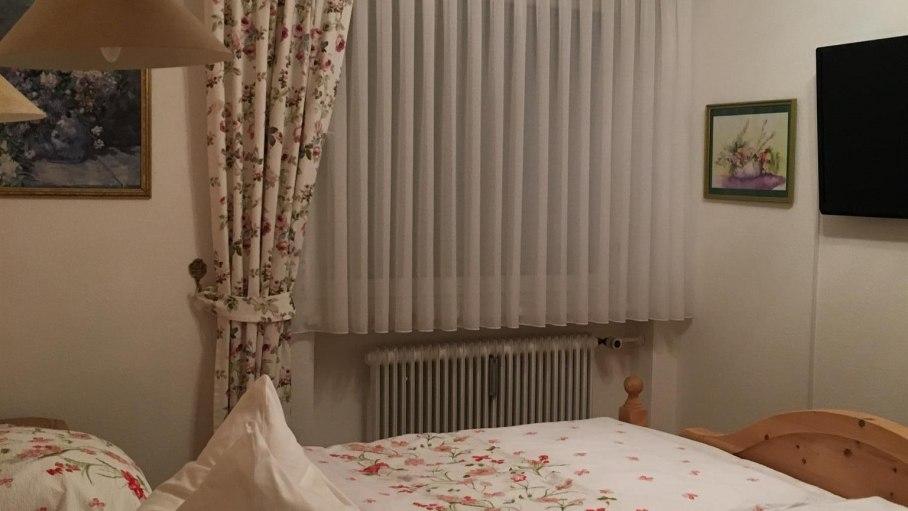Schlafzimmer mit TV, © Alpenwiesle