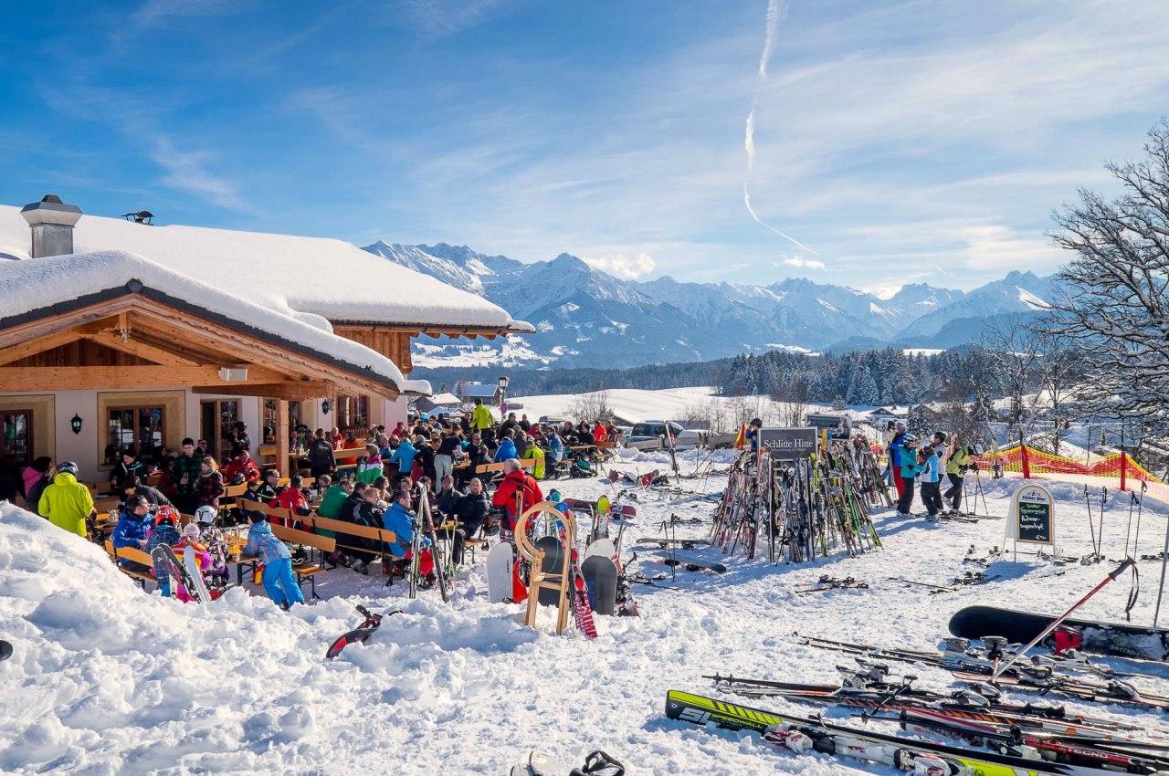 Der schönste Schwung ist der Einkehrschwung. Zahlreiche Hütten, Alpen und Restaurants in den Skigebieten der Hörnerdörfer im Allgäu., © Tourismus Hörnerdörfer / ProVisioMedia