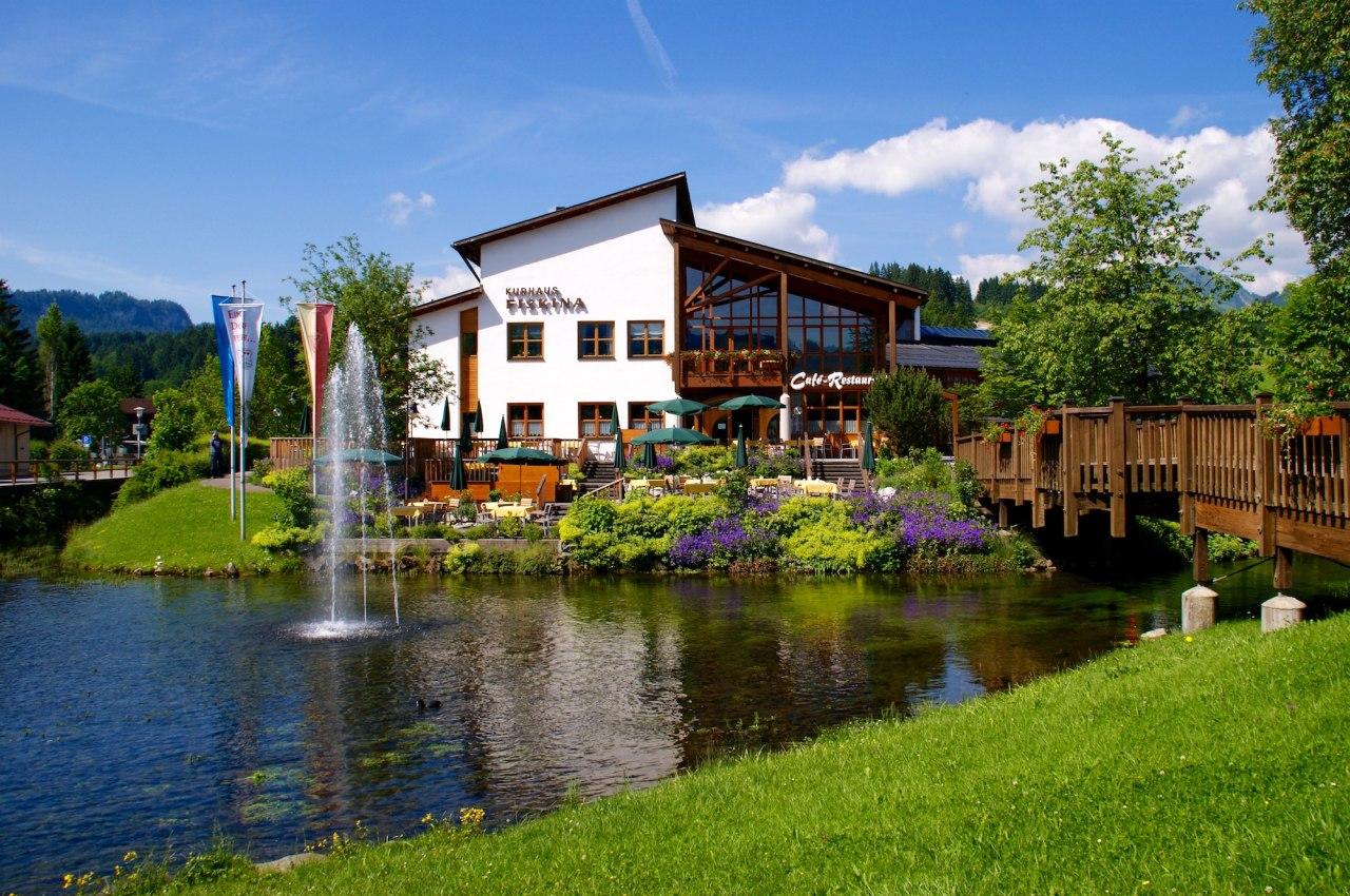 Das Kurhaus Fiskina in Fischen im Allgäu bietet ein gemütliches Restaurant mit Sonnenterrasse, große und kleine Veranstaltungsräume und die Gästeinformation Fischen, © Tourismus Hörnerdörfer / Wolfram Monschau