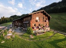 Alpe Osterberg mit idyllischer Terrasse, © Tourismus Hörnerdörfer, F. Kjer