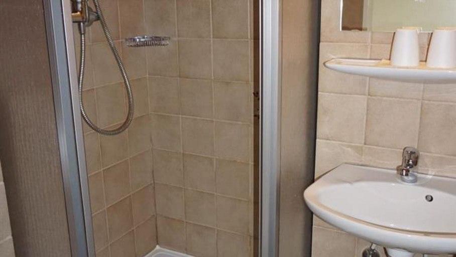 Dusche / WC im Doppelzimmer 6, © Alpengasthof Sonnenkopf - Fischen i. Allgäu