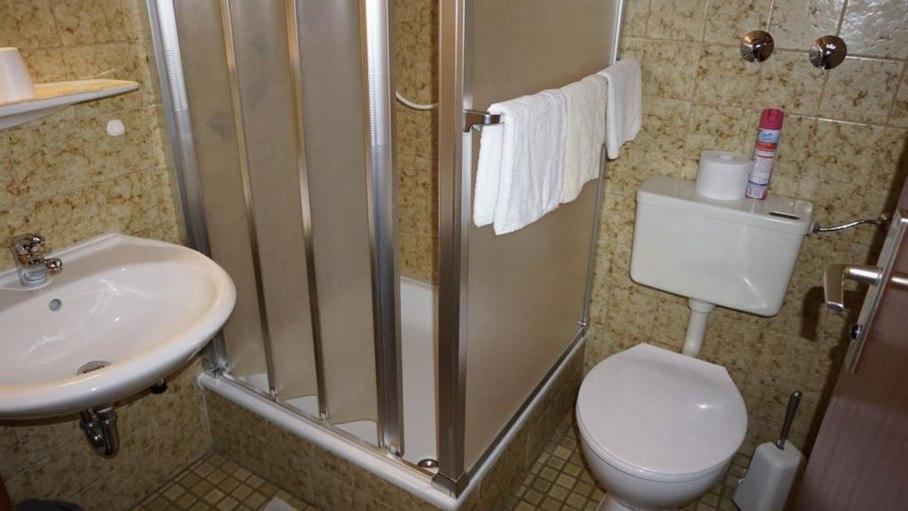 Dusche / WC im DZ 8, © Alpengasthof Sonnenkopf - Fischen i. Allgäu