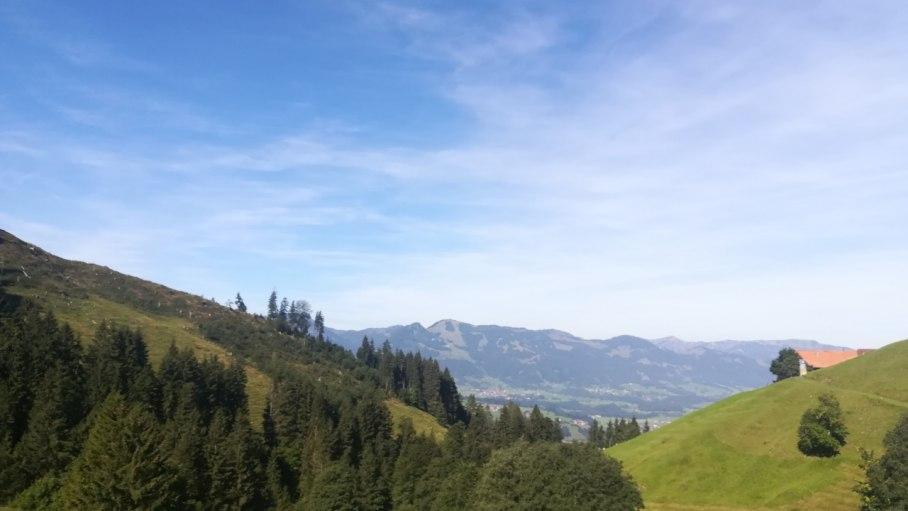 Blick auf die Allgäuer Bergwelt während der Wanderung