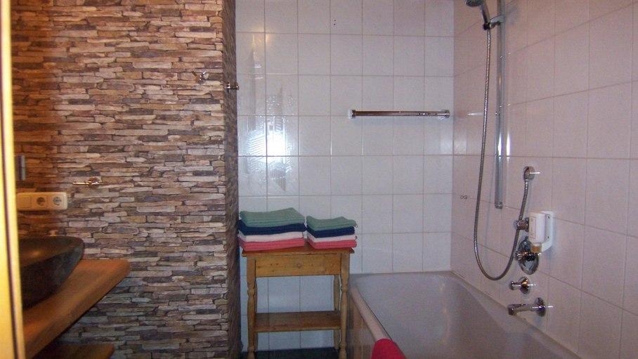 Ferienwohnung Walsertal, Bad 2 mit Badewanne, © Charivari Ferienwohnungen