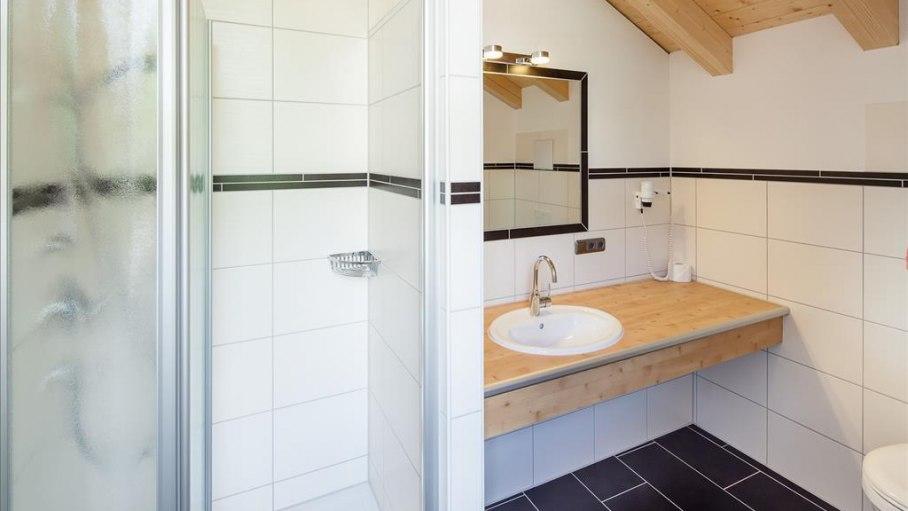 Doppelzimmer Starzlach - modernes Bad, © Gästehaus-Pension Hörnerblick