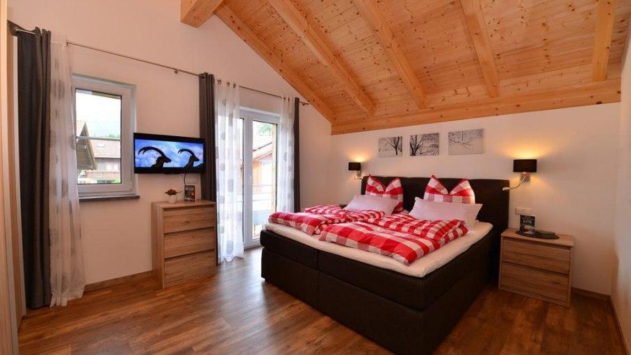 Großzügiges Schlafzimmer mit sep. Badezimmer, © Alexa Ferienwohnungen in Fischen