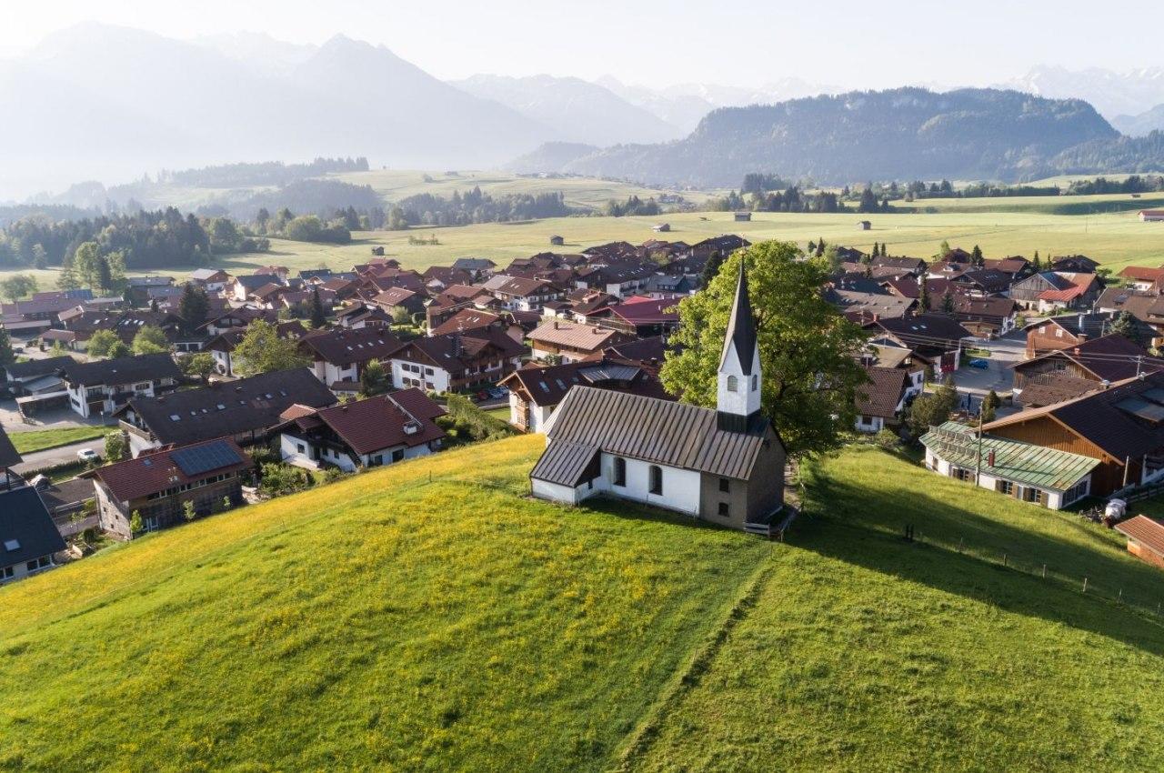 Bolsterlang im Allgäu mit Blick auf die Berge, © Tourismus Hörnerdörfer, F.  Kjier