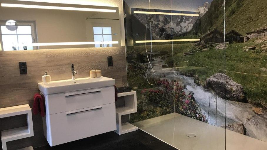Badezimmer mit geräumiger Dusche