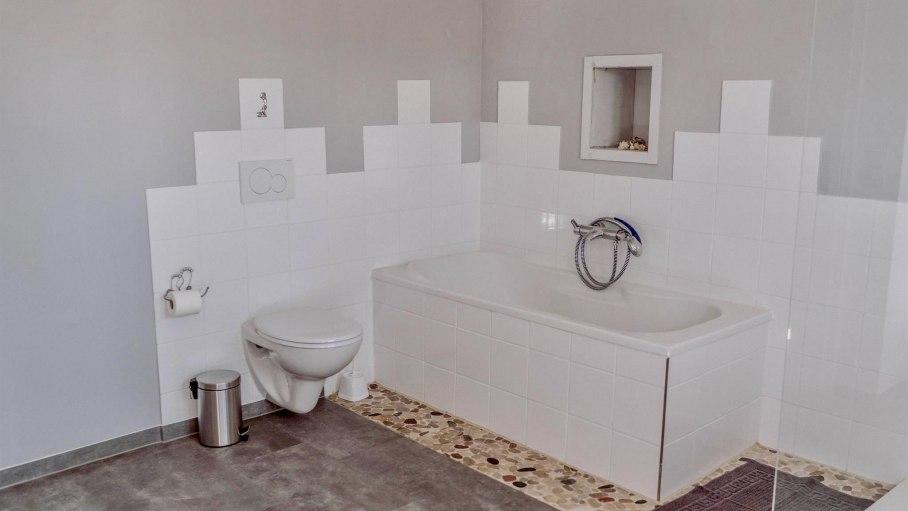 Appartement A - Badezimmer mit Badewanne