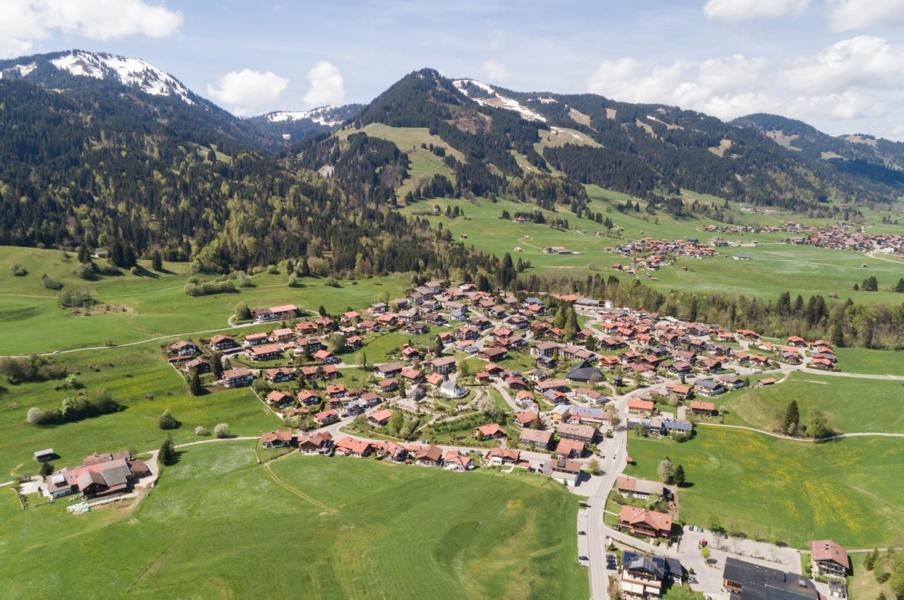 Drohnenaufnahme von Obermaiselstein mit Blick auf die Berge der Hörnergruppe, © Tourismus Hörnerdörfer/ Frithjof Kjer