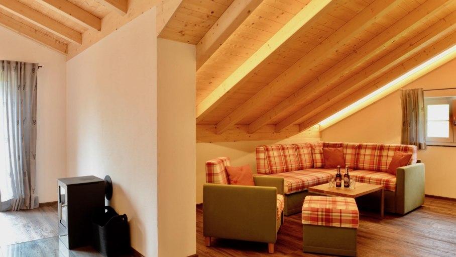 Ferienwohnung 3 DG - Wohnbereich mit Kamin, © Schmid's Ferienwohnungen - Ofterschwang