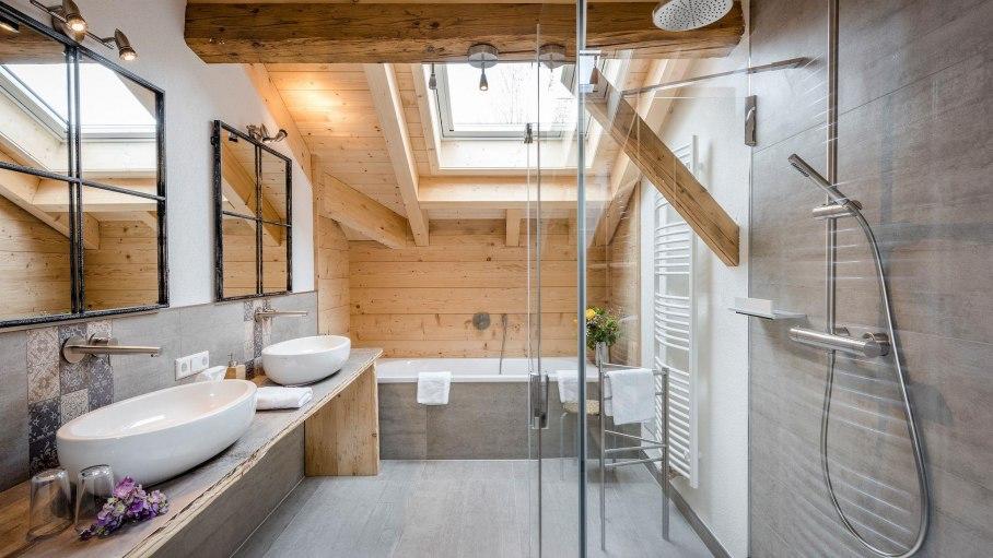 Familien Lodge - Badezimmer mit Dusche und Wanne, © Das Talgut - Ofterschwang