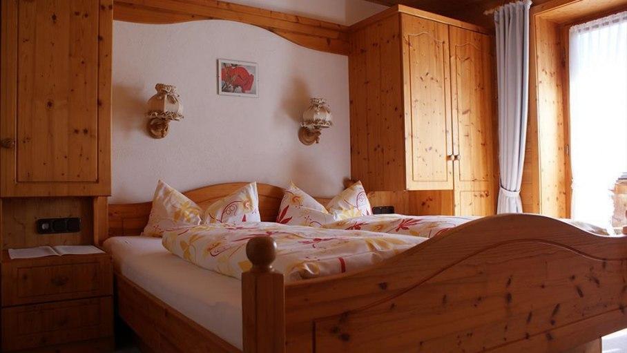Schlafzimmer Wohnung 5 - Haus Bergsicht, © Haus Bergsicht - Fischen i. Allgäu
