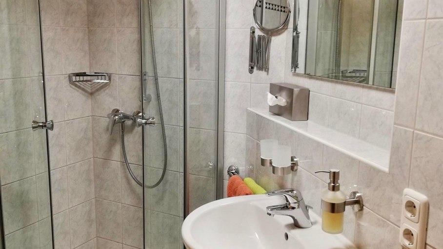 Ferienwohnung Edelweiß - Badezimmer mit Dusche, © Haus Alpensonne - Bolsterlang