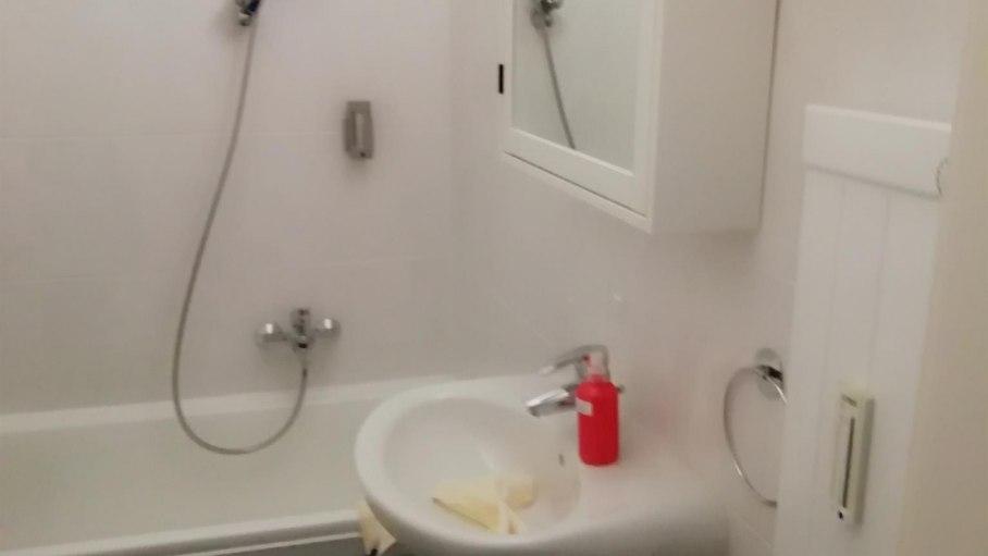 Badezimmer mit Wanne/Dusche, © V. Orth
