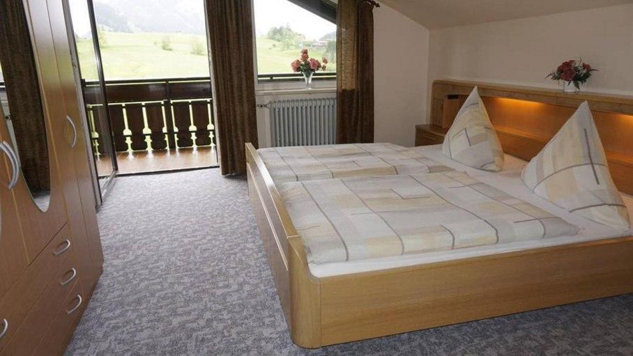 Schlafzimmer mit Zugang zum Balkon, © Alpengasthof Sonnenkopf - Fischen i. Allgäu