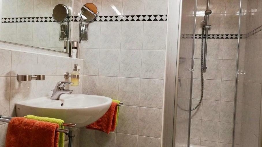 Ferienwohnung Enzian - Badezimmer mit Dusche, © Haus Alpensonne - Bolsterlang
