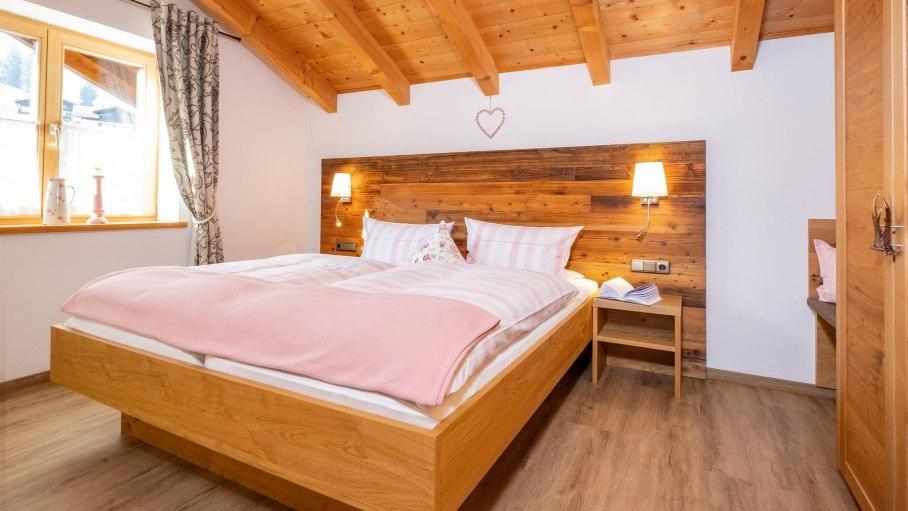 Schlafzimmer aus heimischen Hölzern, © Ferienwohnung Forte - Obermaiselstein