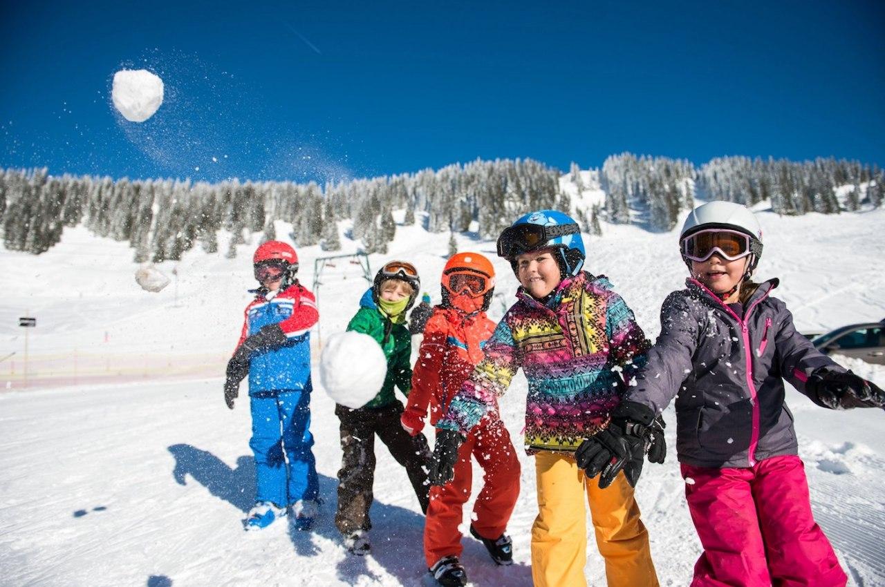 Schneeballschlacht und Schneespaß in der Skischule - Familienurlaub im Winter in den Hörnerdörfern, © Tourismus Hörnerdörfer, F. Kjer