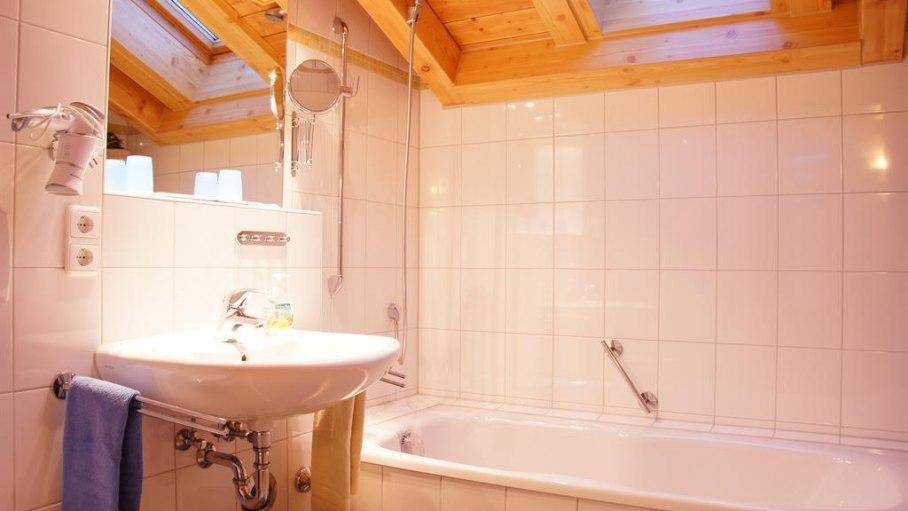 Badezimmer mit Badewanne Nr. 6, © Ferienwohnungen Loni Vogler - Fischen i. Allgäu