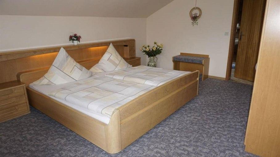 Schlafzimmer der Ferienwohnung, © Alpengasthof Sonnenkopf - Fischen i. Allgäu