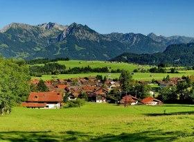 Bolsterlang im Allgäu mit Blick auf die Allgäuer Hochalpen, © Tourismus Hörnerdörfer