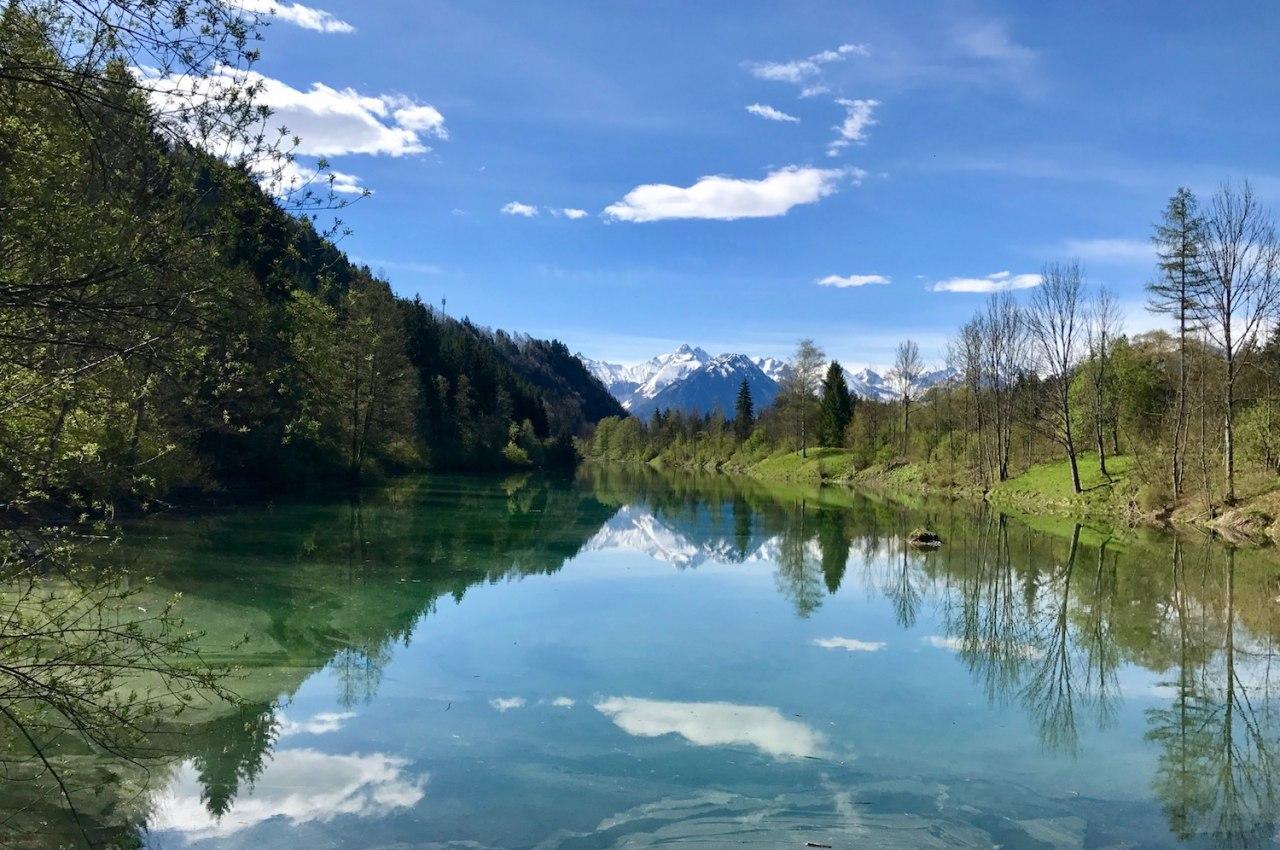 Der Auwaldsee bei Fischen im Allgäu lädt zum Spazieren, Angeln und Verweilen ein., © Tourismus Hörnerdörfer