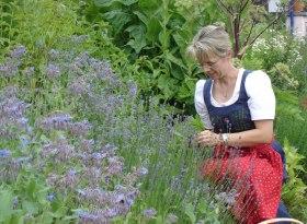 Silvia Kienle im Kräutergarten in Balderschwang, © Kienles